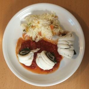 Gefüllte Rotzungenfilets auf Tomatensauce mit Reis